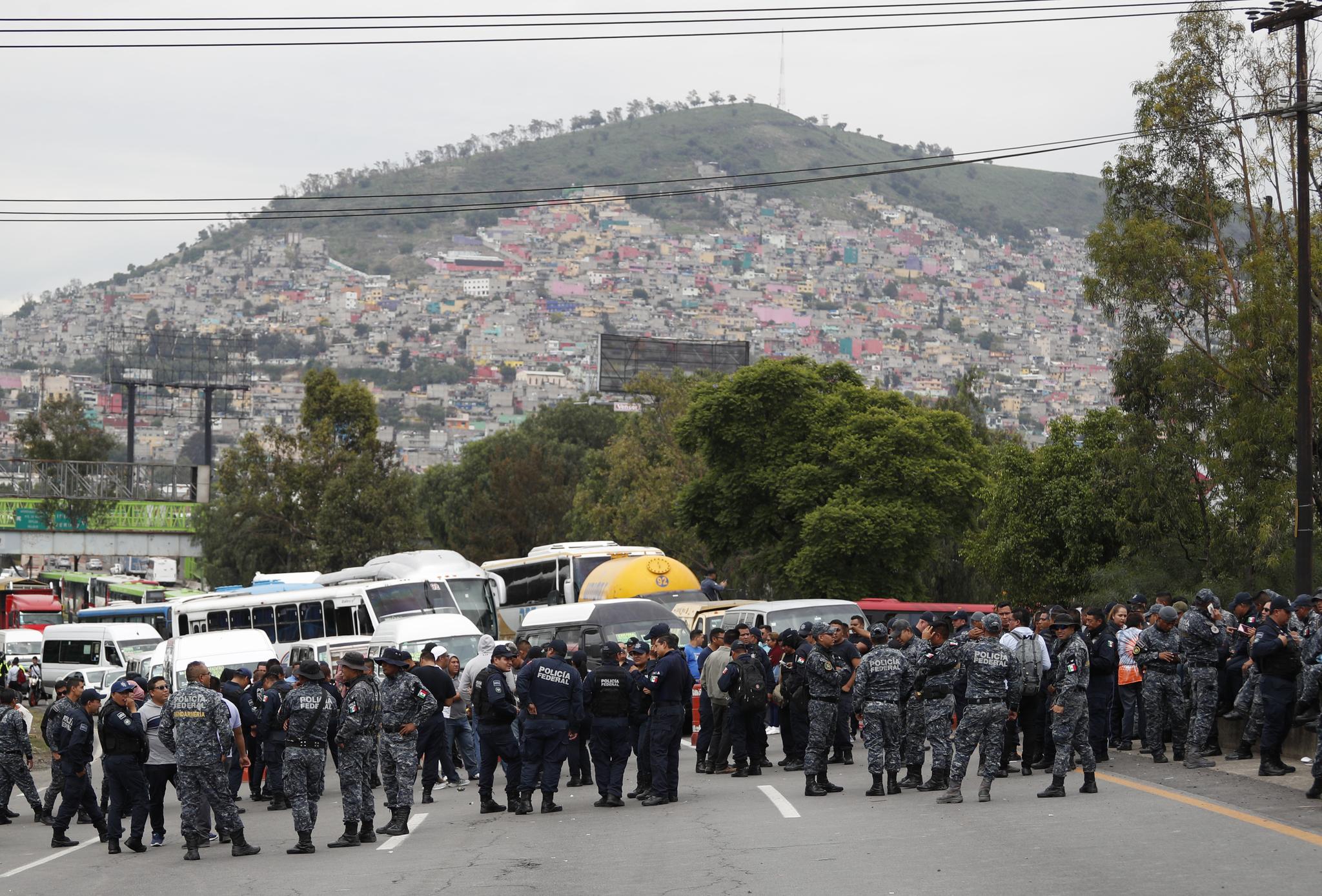 국가방위군 편입에 반발하는 멕시코 연방경찰들이 3일(현지시간) 제복을 입고 멕시코시티에서 고속도로를 점거하고 있다. [AP=연합뉴스]
