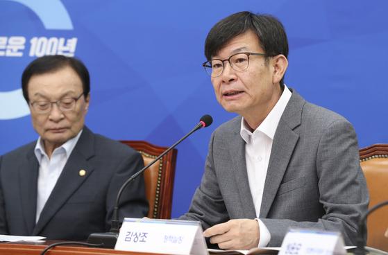 하반기 경제정책방향을 논의하는 고위 당정청 협의회가 3일 오전 국회에서 열렸다. 김상조 정책실장이 모두발언을 하고 있다.   임현동 기자