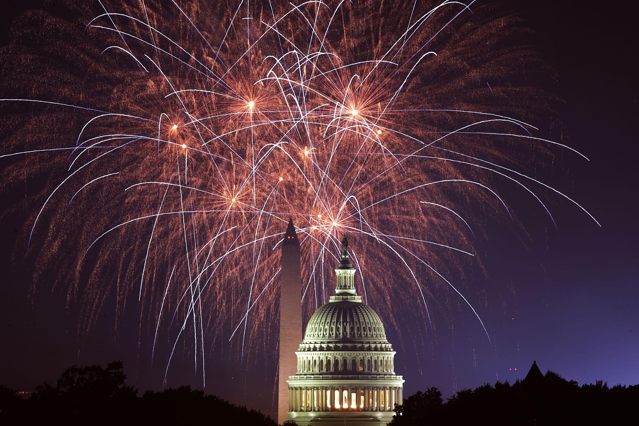 2018년 7월 4일 미국 독립기념일의 맞아 미 국회의사당 뒷편으로 화려한 불꽃이 하늘을 수놓고 있다. [AFP=연합뉴스]