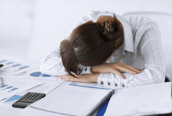 지방간은 특별한 증상이 없다. 다만 피로감을 자주 느끼거나 오른쪽 윗배에 통증이 느껴지면 의심해봐야 한다.[중앙포토]