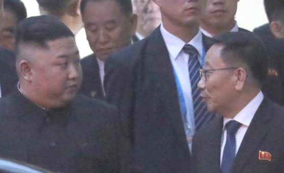 2월 26일 오후(현지시각) 북미 정상회담을 위해 베트남을 방문한 김정은 북한 국무위원장이 베트남 하노이 주베트남 북한대사관 방문을 마치고 나오며 김명길 북한대사와 대화하고 있다. [뉴시스]