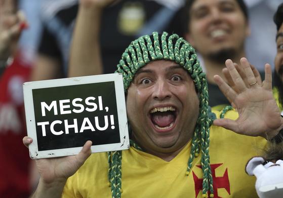 한 브라질 팬이 포르투갈어로 '메시 잘 가'라고 적힌 태블릿을 들고 있다. [AP=연합뉴스]