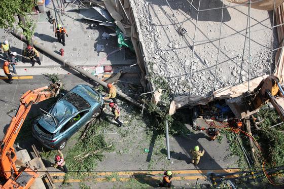 4일 오후 서울 서초구 잠원동 신사역 인근의 한 철거 중인 건물 외벽이 붕괴하는 사고가 발생했다. 소방 당국이 구조 작업을 펼치고 있다. [뉴시스]