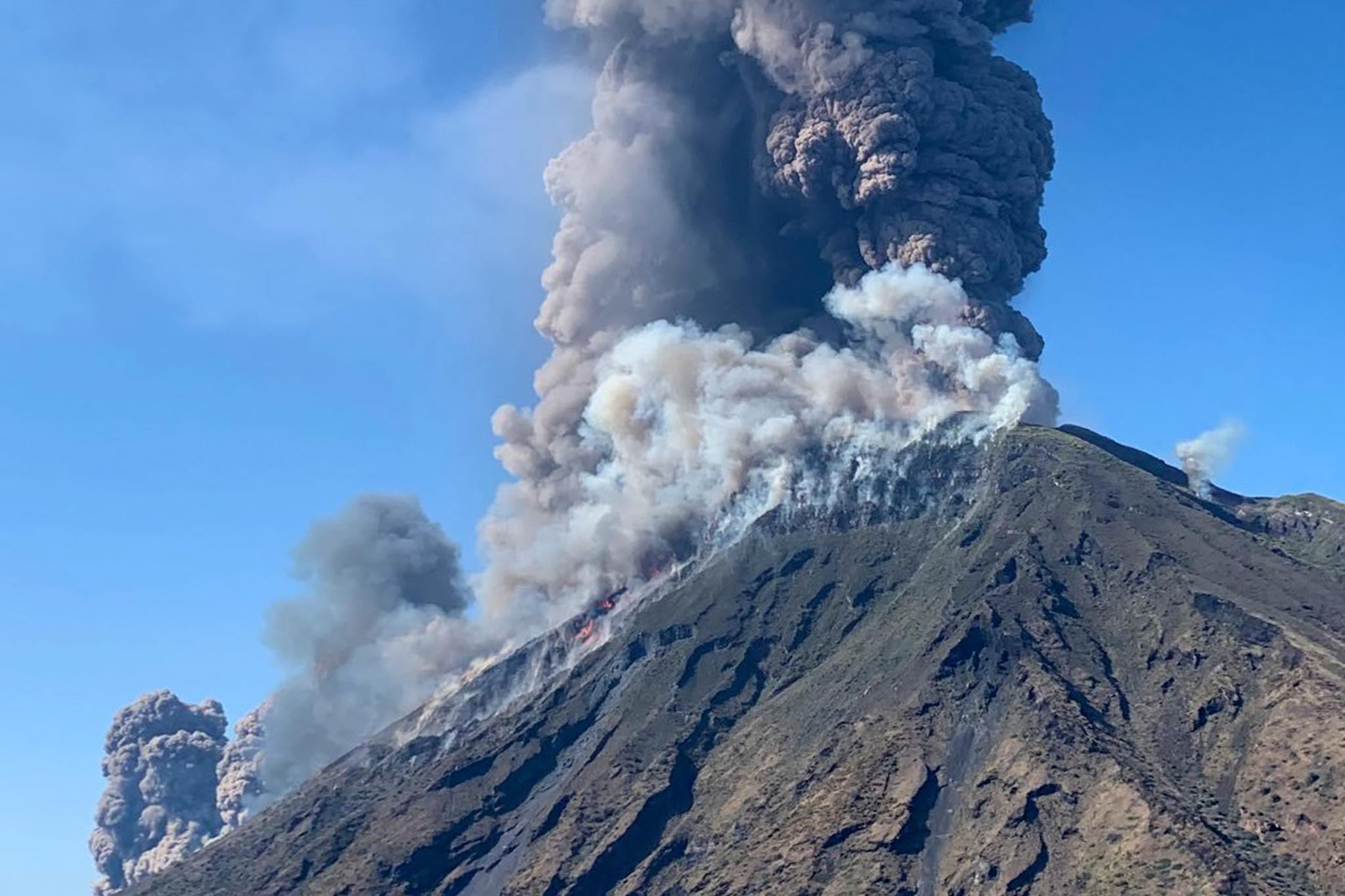 이탈리아 남부 지중해의 스트롬볼리 화산이 3일(현지시간) 강력하게 분화했다. 한명이 사망하고 관광객들이 현장을 급히 벗어났지만 정확한 피해상황은 알려지지 않았다. [AFP=연합뉴스]
