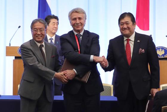 지난달 29일 일·러 정상회담 직후 양국의 에너지 관련 사업자들이 북극 액화천연가스(LNG)-2 사업 투자 합의문서에 서명했다. 왼쪽부터 호소노 테쓰히로 일본 석유천연가스금속광물자원기구(JOGMEC) 이사장, 레오니드 미켈슨 노바텍 회장, 야스나가 다쓰오 미쓰이물산 사장이다. [EPA=연합뉴스]