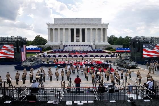 3일 미국 워싱턴 링컨기념관 앞에 마련된 독립기념일 행사 무대에 2대의 M2 브레들리 전차가 전시돼 있다. [AP=연합뉴스]