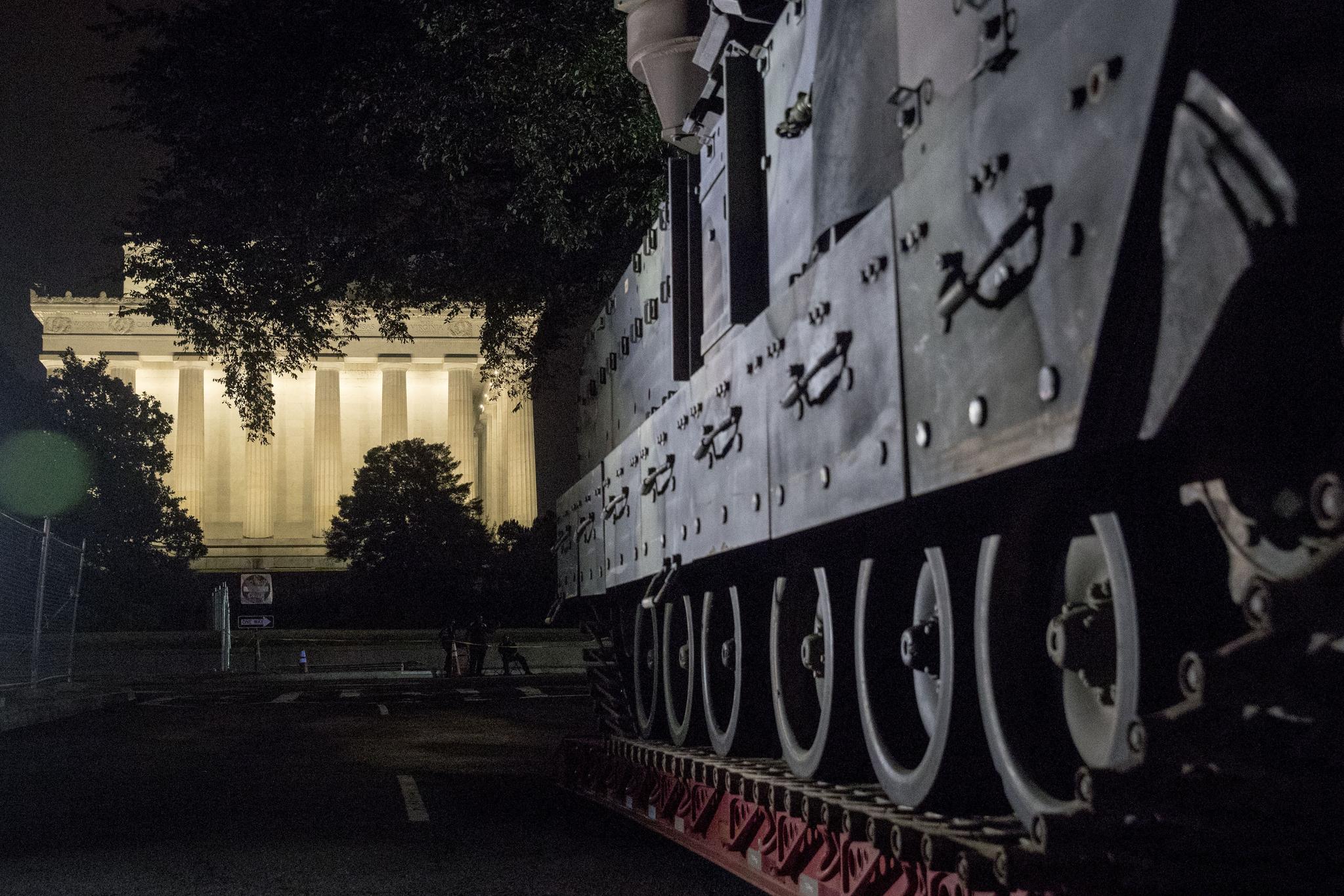 2일(현지시간) 미국 워싱턴 백악관 앞 링컨 기념관 인근에 M2 브래들리 장갑차가 배치되어 있다. [AP=연합뉴스]