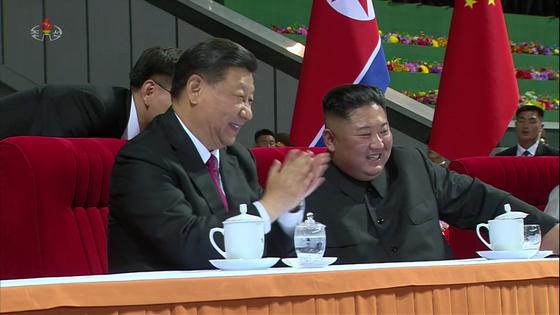 지난달 21일 조선중앙TV는 전날 시진핑(習近平) 중국 국가주석을 환영하기 위해 평양 5·1 체육관에서 대집단체조 공연이 펼쳐졌다고 전했다. 사진은 중앙TV가 공개한 장면으로 공연이 끝난 뒤 김정은 북한 국무위원장이 밝은 얼굴로 시진핑 주석과 대화하는 모습. 연합뉴스