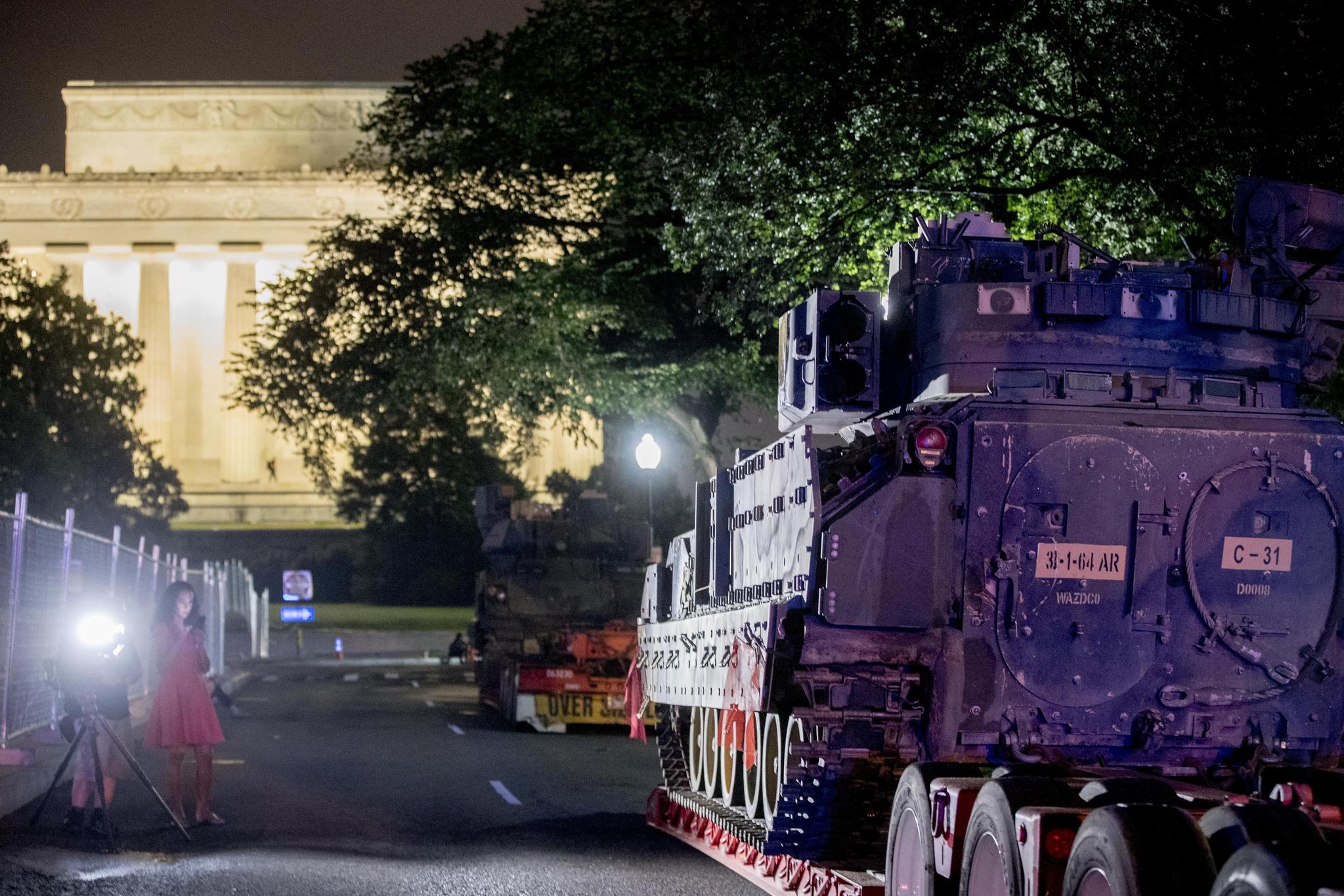 2일(현지시간) 미국 워싱턴 백악관 앞 링컨 기념관 인근에 M2 브래들리 장갑차 2대가 배치되어 있다. [AP=연합뉴스]