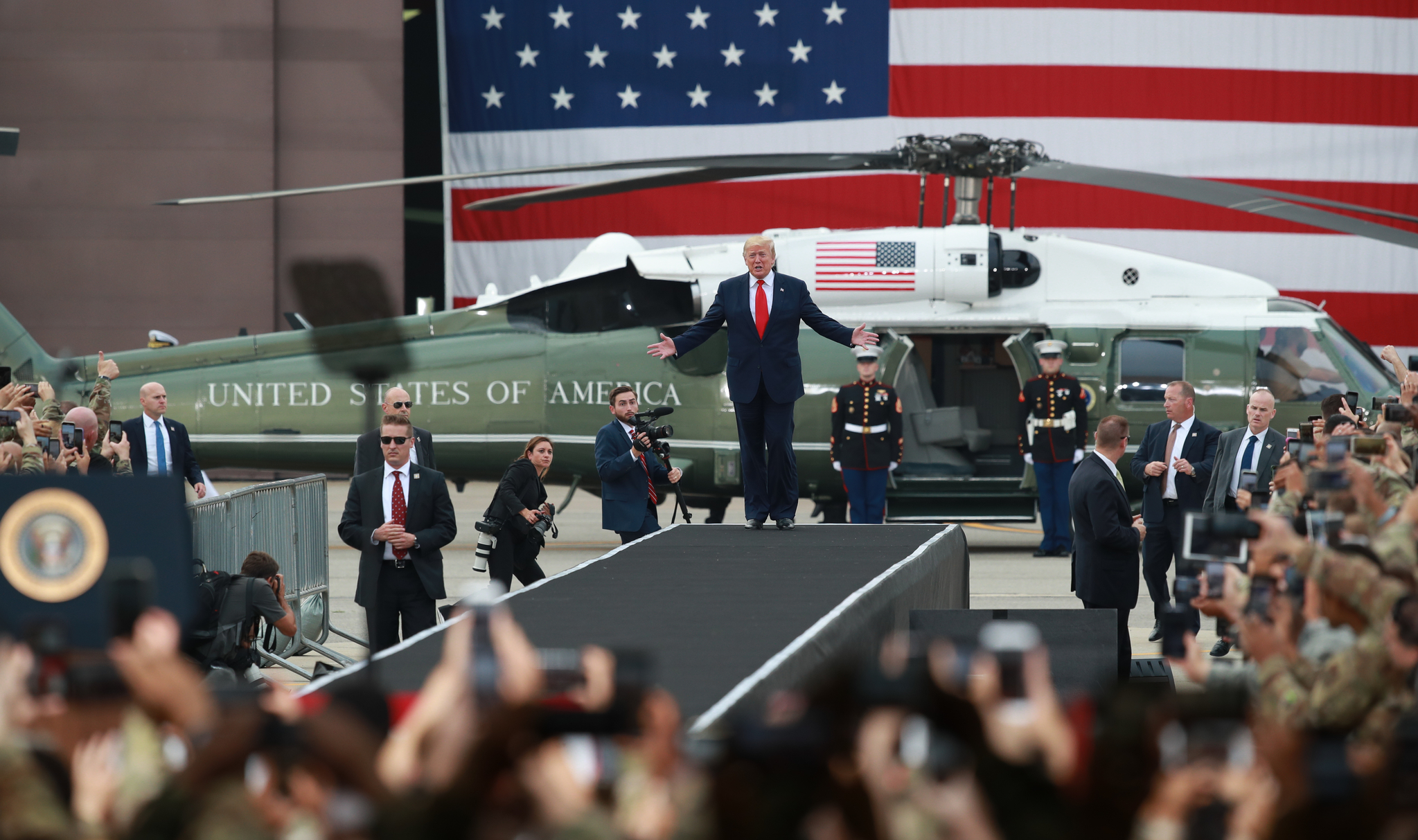 도널드 트럼프 미국 대통령은 지난달 30일 경기도 평택시 주한미군 오산공군기지에서 열린 장병 격려 행사에서도 헬기를 타고 연단에 올라 세간의 주목을 받았다. [연합뉴스]