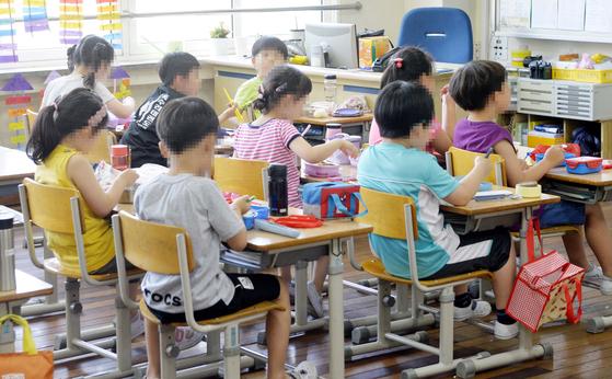 4일 대전지역 한 초등학교 교실에서 학생들이 도시락으로 점심을 해결하고 있다. 이 학교는 교육공무직 파업으로 이틀째 급식이 중단됐다.