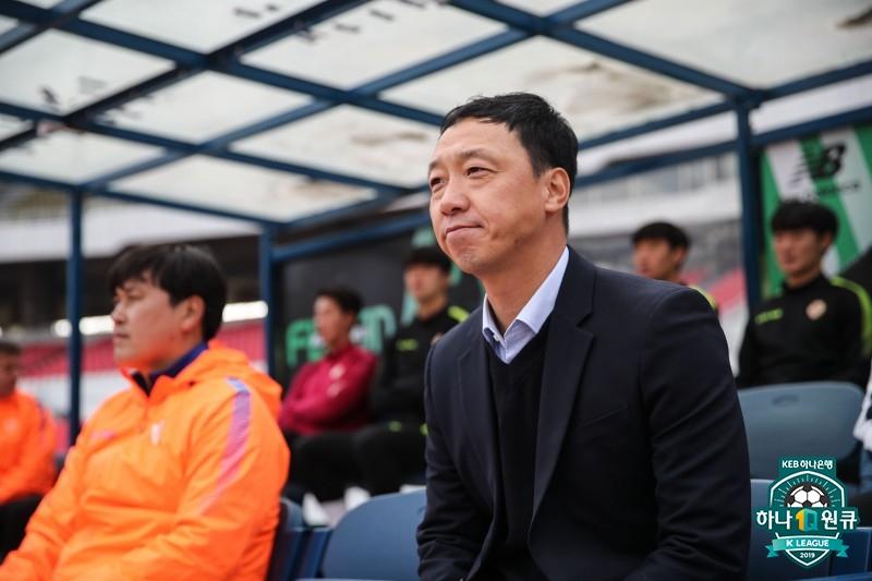 올 시즌 경기 때마다 같은 겨울 양복을 입는 박진섭 광주 감독. [사진 한국프로축구연맹]