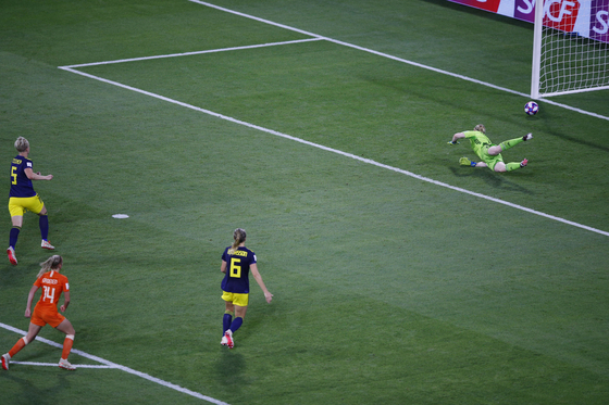 네덜란드의 야키 흐루넌이 4일 열린 여자월드컵 4강 스웨덴전에서 연장 첫 골을 성공시키고 있다. [AP=연합뉴스]