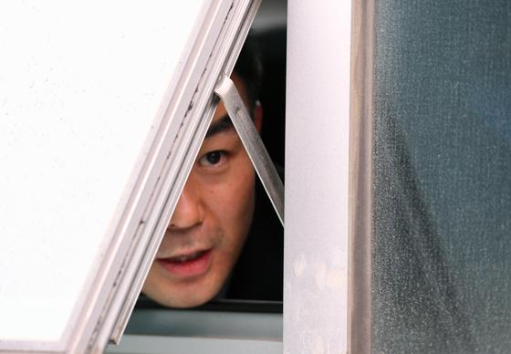 자유한국당 의원들이 지난 4월 25일 채이배 의원실을 점거하자 채 의원이 창문을 통해 기자들과 인터뷰하고 있다. 임현동 기자