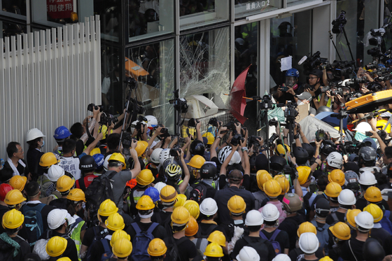 홍콩 경찰이 입법원을 점거했던 시위자 중 13명을 체포했다. [AP=연합뉴스]