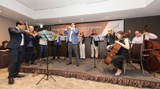 3일 제30회 이건음악회 기념 기자간담회에서 '베를린 필하모닉 이건 앙상블'이 미니 공연을 펼치고 있다. [사진 이건]