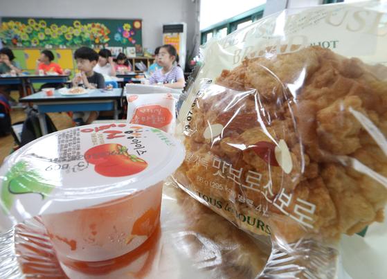 학교 비정규직 노동자들이 총파업에 들어간 3일 오후 서울의 한 초등학교에서 어린이들이 빵과 에너지바 등으로 마련된 대체 급식을 먹고 있다.[뉴스1]