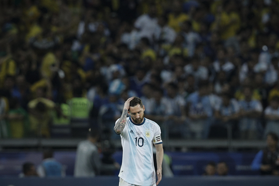 아르헨티나 메시가 코파 아메리카 4강전에서 브라질에 0-2로 진 뒤 실망스러운 표정으로 머리를 쓸어넘기고 있다. [AP=연합뉴스]