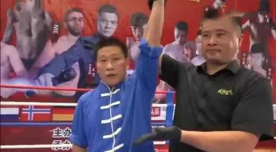 지난 6월 28일 푸젠성에서 있었던 무술 대결에서 심판이 '점혈대사' 훠옌산의 손을 들어 승리를 선언하고 있다. [중국 환구망 캡처]