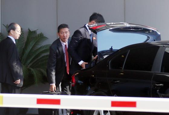 지난해 9월 이동일 북한 외무성 국제기구국 부국장이 미국 뉴욕에서 열리는 유엔총회에 참석하는 이용호 북한 외무상을 수행하고 있다. [연합뉴스]