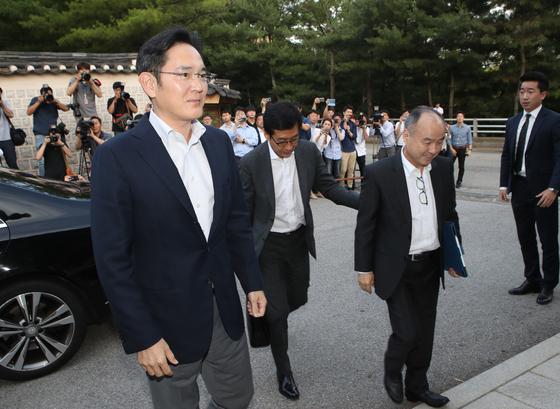 손정의(오른쪽) 소프트뱅회장이 4일 이재용 삼성전자 부회장과 함께 서울 성북동 가구박물관에 들어서고 있다. 오종택 기자