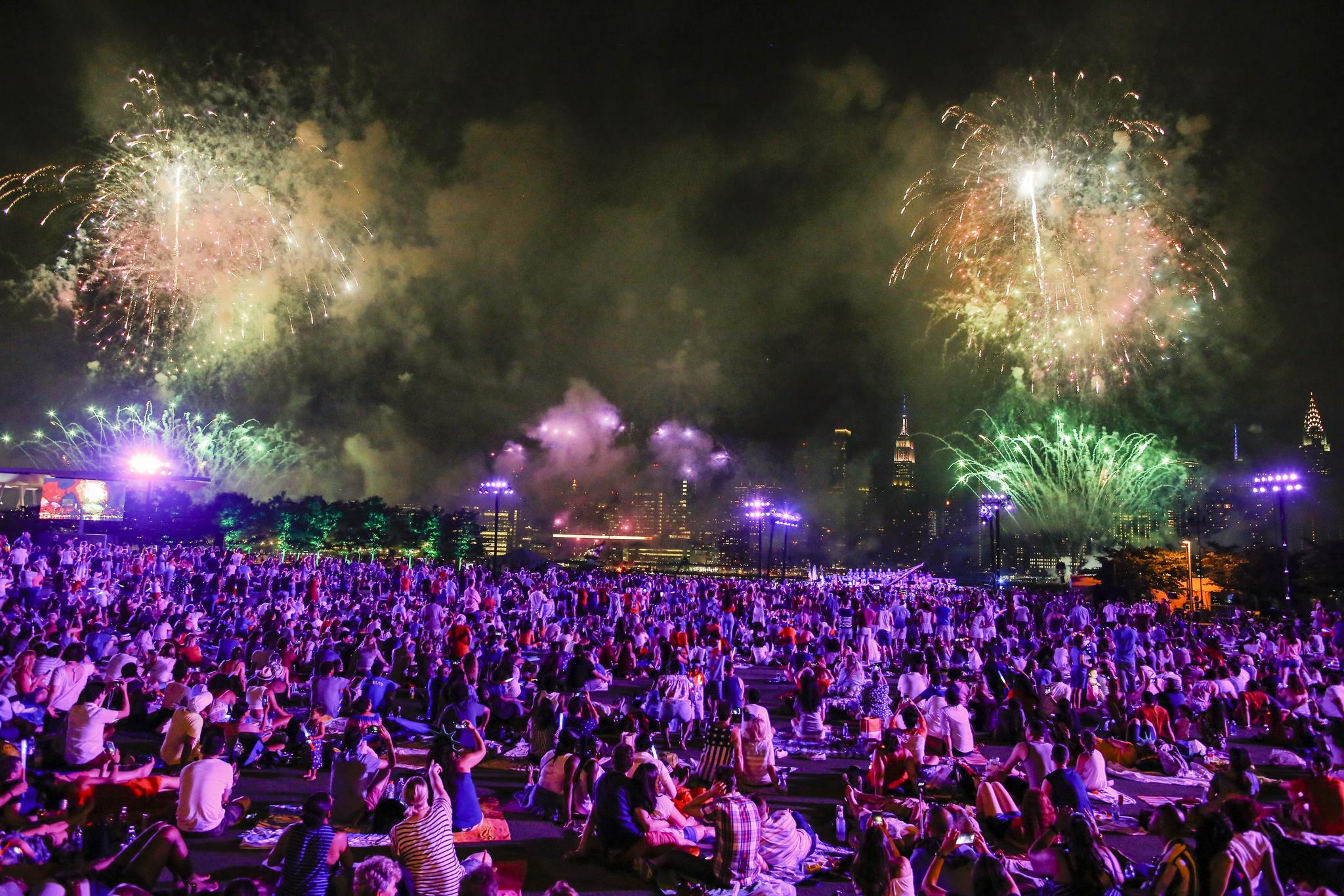 2018년 7월 4일 뉴욕의 헌터 포인트 파크에서 시민들이 미국 독립기념일 행사를 즐기고 있다. [AFP=연합뉴스]