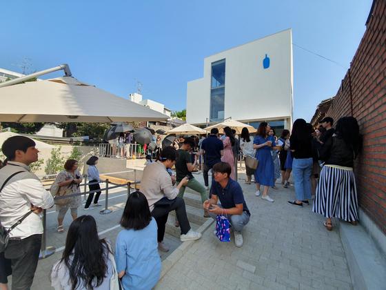 5일 블루보틀 삼청점의 오전 10시 오픈에 맞춰 줄을 서 기다리는 사람들의 모습. 최연수 기자