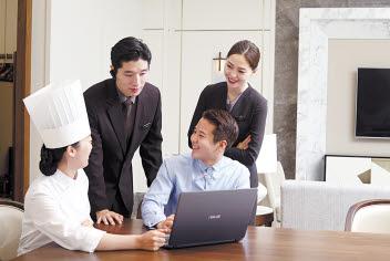 '아시아 톱 3 호텔 브랜드'를 목표로 하는 롯데호텔은 국내 19개, 해외 11개 호텔을 운영하고 있으며 고객에게 신뢰받는 서비스를 제공하기 위해 서비스 교육을 강화하고 있다.  [사진 롯데호텔]