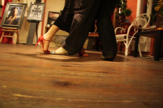 춤추는 사람을 보는 시선은 무대와 무대 밖으로 나뉜다. 무대에서는 화려한 조명 아래 갈채를 받지만 무대 밖으로 나오면 경계의 대상이 된다. 행실이 좋지 않은 사람은 댄스계에서 살아남을 수 없다. [사진 pxhere]