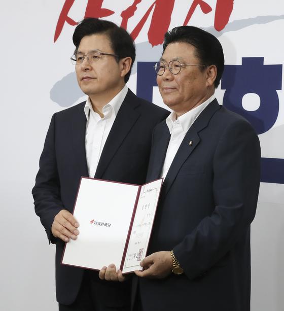황교안 자유한국당 대표(왼쪽)가 1일 국회에서 박맹우 신임 사무총장에게 임명장을 수여한 뒤 기념촬영하고 있다. [임현동 기자]