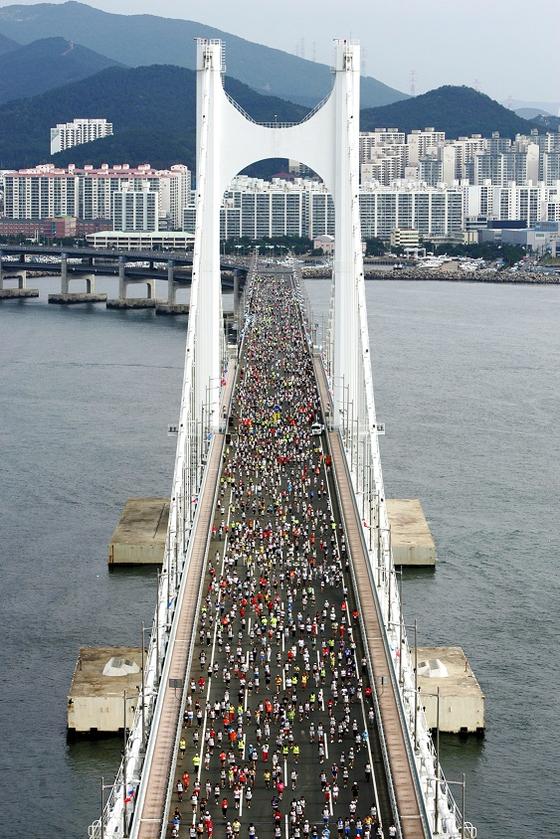광안대교에 펼쳐진 마라톤 대회. [사진 부산시]