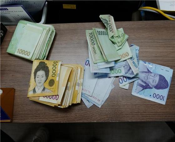경찰 체보 당시 조모(31)씨가 가지고 있던 현금 316만원. 조씨는 개인택시에서 내린 뒤 택시에 고의로 부딪친 뒤 교통사고를 당한 척해 합의금 명목으로 택시기사에게 금품을 요구했다. [사진 관악경찰서]