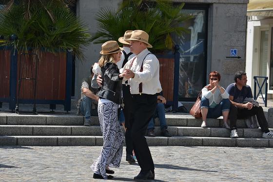 여행 중에 댄스 강습을 하게 되는 경우가 종종 있다. 북유럽 여행을 했을 때 큰 회의실을 빌려 차차차와 비엔나 왈츠를 가르쳤고, 남프랑스에서는 동네 공원에서 춤을 선보였다. 사람들은 몰려들고 인기가 좋았다. [사진 pxhere]