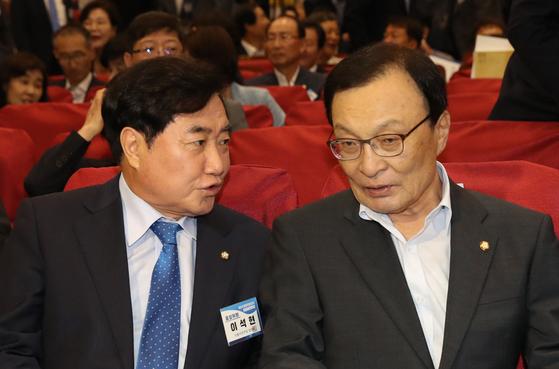 더불어민주당 이해찬 대표와 이석현 의원이 1일 오후 국회 의원회관에서 열린 제1차 중앙위원회에서 이야기하고 있다. [연합뉴스]