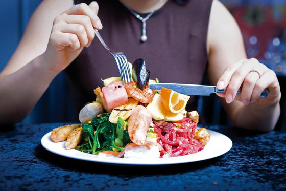 길어진 수명이 행복을 보장할까? 오래 살아도 온몸이 아파 생활을 제대로 영위할 수 없다면 어떨까? 오래 살게 된 만큼 건강수명을 늘리고 확보한 시간을 잘 쓰는 게 중요하다. 우선 나트륨 과다 섭취, 과식과 폭식만 줄여도 건강수명이 길어진다. [중앙포토]