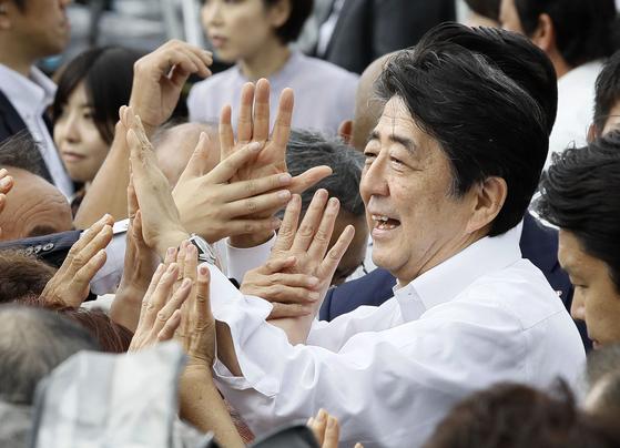 아베 신조(安倍晋三) 일본 총리가 4일 참의원 선거가 고시된 가운데 후쿠시마(福島)현 후쿠시마시에서 첫 유세에 나서 지지자들과 인사하고 있다.[교도=연합뉴스]