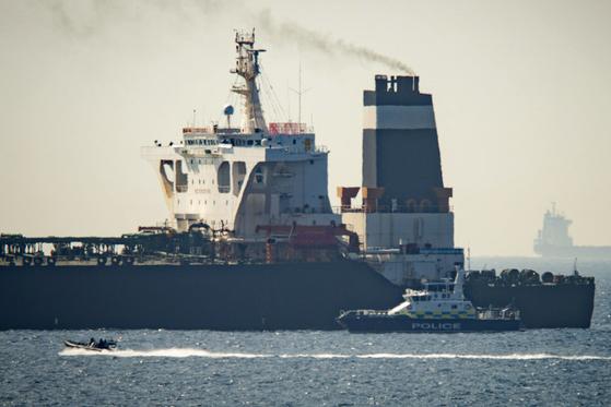 4일(현지시간) 영국령 지브롤터 해역에서 영국 해군과 지브롤터 경찰에 의해 억류된 유조선 '그레이스1'. 이란산 원유를 싣고 시리아로 향하고 있다는 혐의에 따라 미국 요청으로 영국이 붙잡은 것으로 알려진다. [AP=연합뉴스]