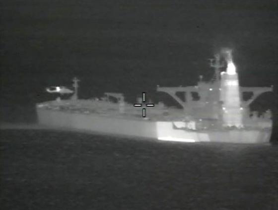 영국 국방부가 공개한 유조선 억류 작전 모습. 왼쪽 위에 영국 해군이 탄 헬기가 보인다. [EPA=연합뉴스]