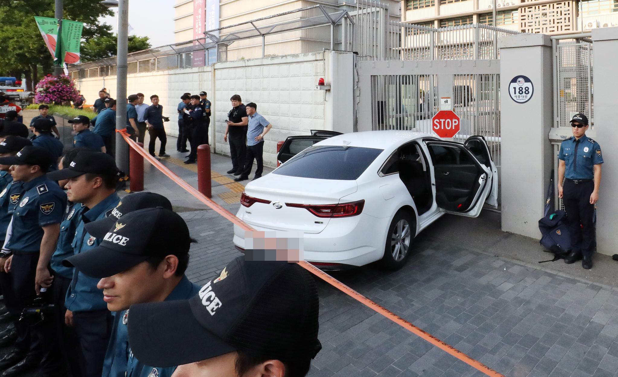 6월 25일 오후 5시 45분쯤 한 40대 남성의 승용차가 서울 종로구 주한미국대사관 정문으로 돌진해 멈춰 서 있다. 차량 트렁크에서는 부탄가스 한 상자가 발견됐다. [연합뉴스]