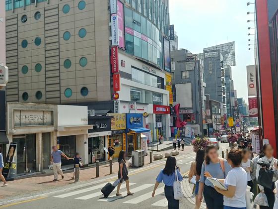 이대 정문 앞 메인거리. 이곳은 중국인 관광객이 늘며 관광객 대상으로 한 가게들이 우후죽순 생겼다. 박해리 기자