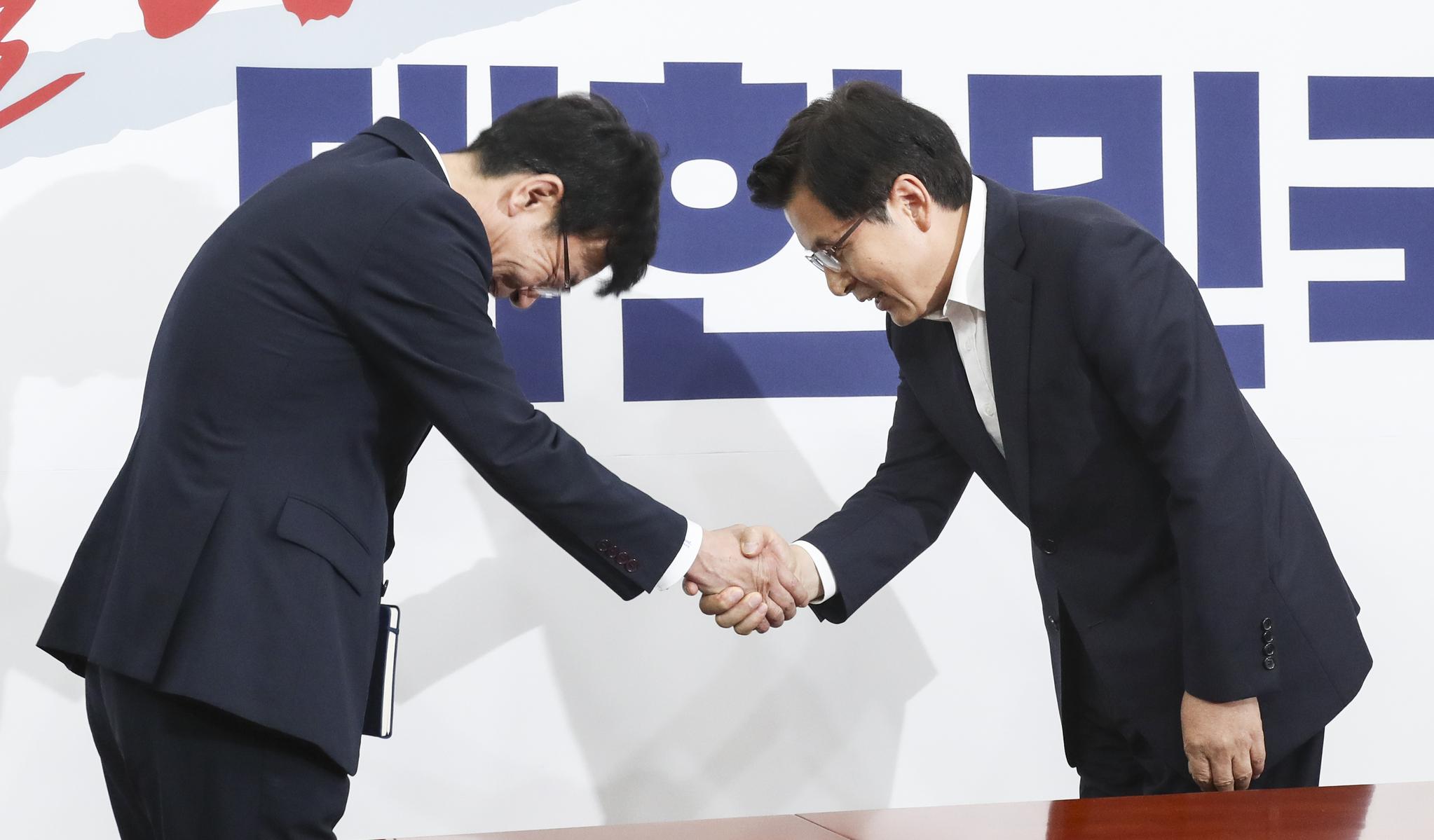 자유한국당 황교안 대표(오른쪽)가 5일 오후 국회 당대표회의실에서 김상조 청와대 정책실장의 예방을 받고 인사하고 있다. 임현동 기자