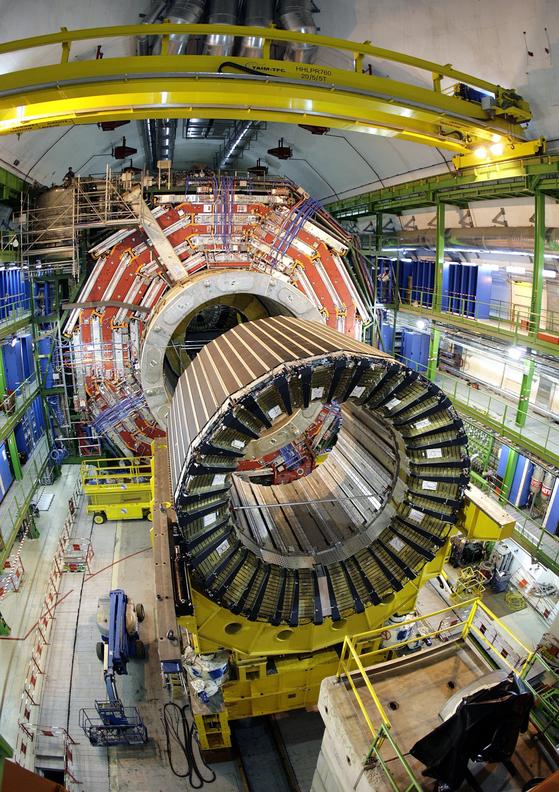 세계 최초로 힉스 입자의 존재를 증명하는 데 공헌한 유럽입자물리연구소(CERN)의 뮤온 압축 솔레노이드(CMS) 검출기의 모습. 강입자충돌기(LHC)에서 나오는 입자의 충돌 모습을 관측하고 입자 자체를 탐지하는 역할을 한다. [AP=연합뉴스]