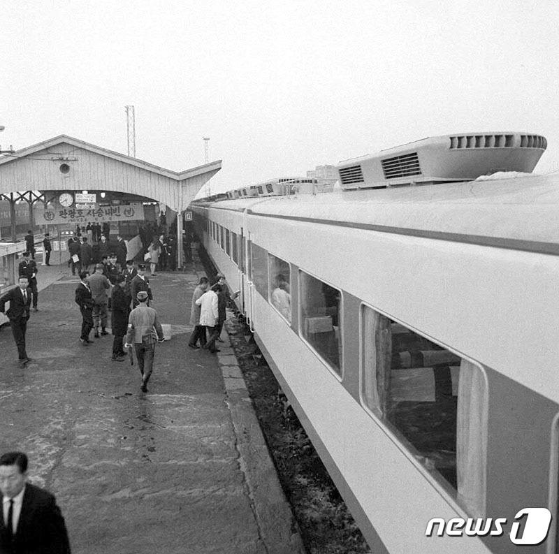 1969년 도입된 국내 최초의 에어컨 열차 '관광호'. 객차 지붕에 에어컨용 설비가 보인다.[ 뉴스 1]