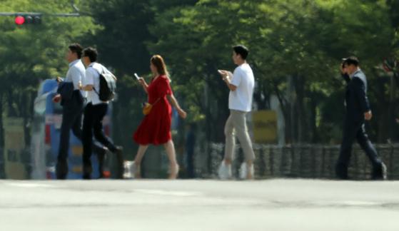 4일 서울 여의도환승센터 인근에 지열로 인한 아지랑이가 보이고 있다. [뉴시스]
