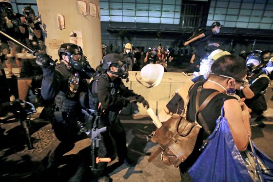 홍콩 경찰이 2일(현지시간) 새벽 입법회 건물을 점거한 시위대를 해산하고 있다. 시위대는 홍콩 주권반환 기념일인 1일 밤 사상 초유의 입법회 점거사태를 벌였다. [EPA=연합뉴스]