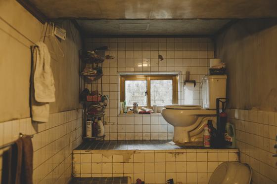 영화 '기생충' 속 기택(송강호)네 반지하집 화장실 세트. 해외 관객 중에도 이런 빈곤한 삶의 모습에 공감한다는 반응이 적지 않았다. [사진 CJ엔터테인먼트]