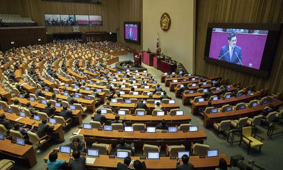 바른미래당 오신환 원내대표가 5일 오전 국회 본회의장에서 교섭단체 대표연설을 하고 있다.  임현동 기자