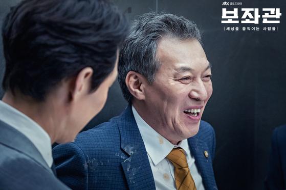 """극 중 계란을 맞아 엉망이 됐음에도 '원래 정치인은 맞으면서 크는 법""""이라고 웃는 모습. [사진 JTBC]"""