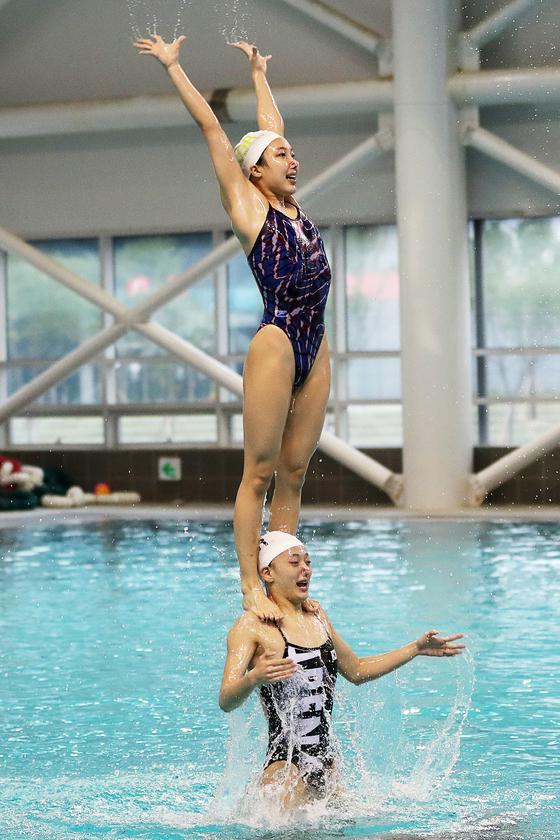 물속에서 하는 운동이라 다치지 않을것 같지만 연습중 충돌이 많아 멍이 드는 경우가 다반사다. 장진영 기자