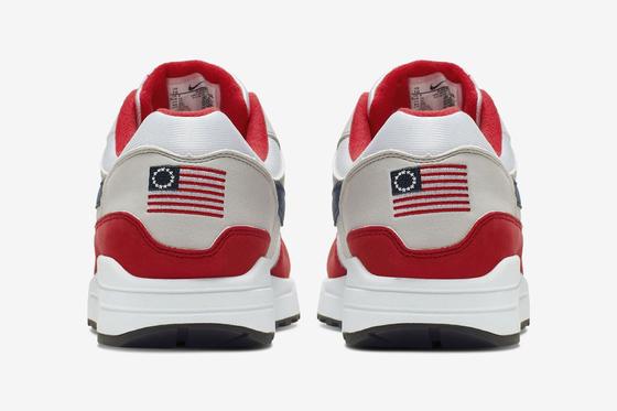 나이키가 선보이려다 돌연 철회한 '에어 맥스원(Air Max 1) USA'의 광고 이미지. 성조기의 소위 '오리지널 버전'인 베치로스기(betsy ross flag)를 뒤꿈치에 수놓았다. [사진 나이키]